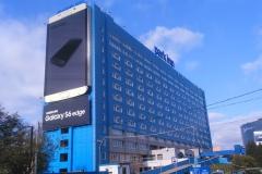 Проектные работы по реконструкции существующего медиафасада, расположенного в Шереметьево на здании отеля «Park Inn». Строящееся по соседству с отелем новое здание в будущем «перекроет» имеющийся медиафасад, поэтому Заказчик принял решение уже сейчас поднять верхнюю точку экрана на 15 м.